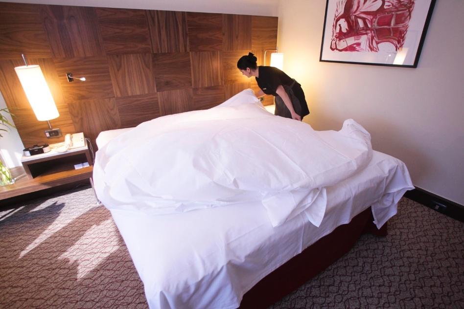 Feitas as dobras do primeiro lençol, estenda o segundo lençol, também observando que a peça fique bem centralizada na cama.