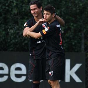 Ganso e Osvaldo brincam durante a atividade