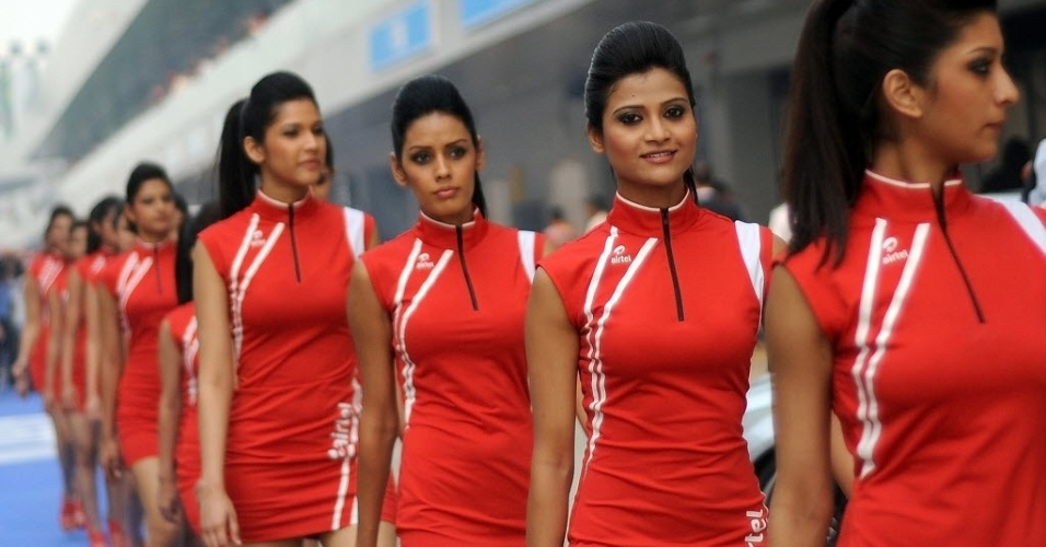 Grid girls do GP da ndia desfilam no paddock (28/10/2012)
