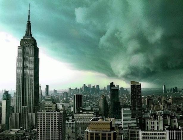 O céu nebuloso de Manhattan é verdadeiro, mas a foto não é atual. Originalmente publicada no ''Wall Street Journal'' em 28 de abril de 2011, a imagem foi tirada do contexto e começou a circular na internet como se fosse do furacão Sandy. Veja em MAIS fotos reais do furacão