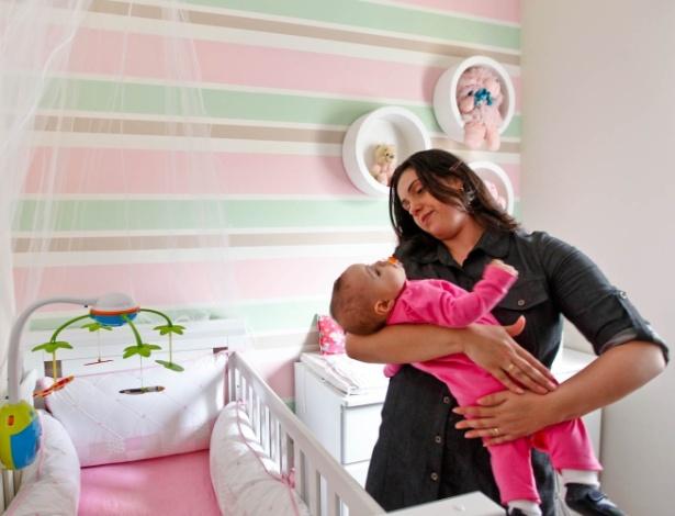 Luciana Monaco, que decidiu parar de trabalhar para cuidar da filha, Melina
