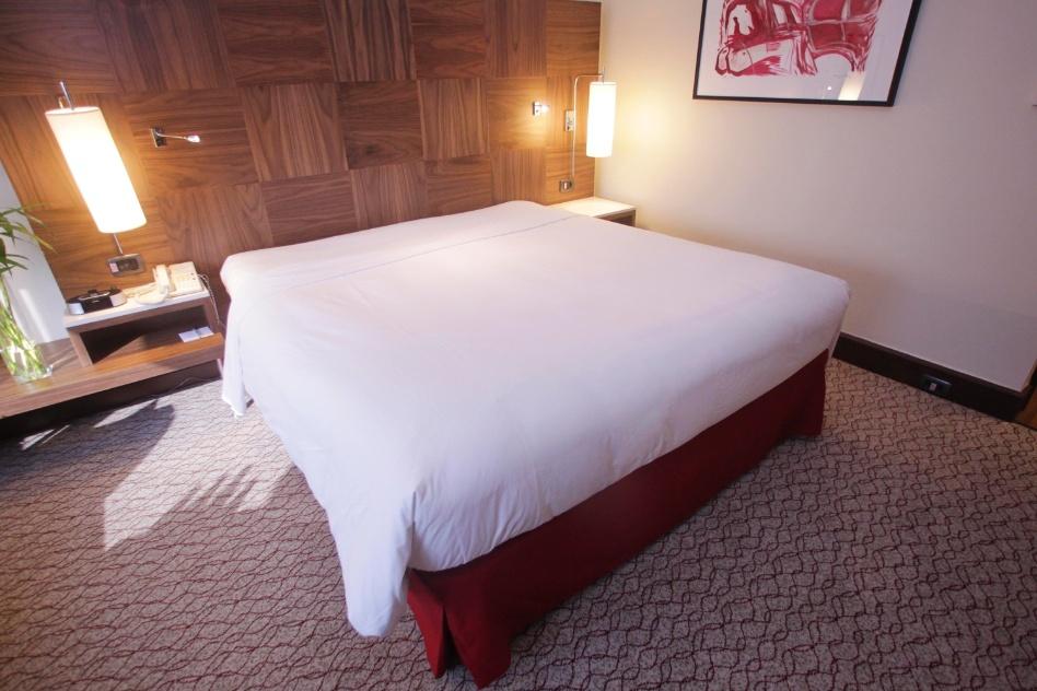 """Quer deixar sua cama arrumada, com os lençois bem esticadinhos, como de um quarto de hotel? Aprenda a técnica de """"envelopar"""" a cama e siga as etapas da arrumação"""
