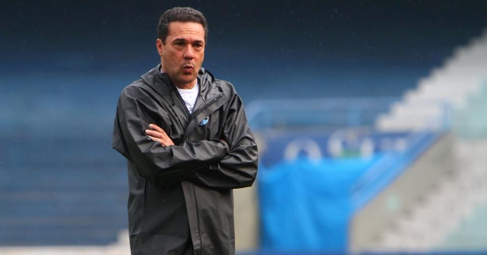 Vanderlei Luxemburgo caminha e observa os jogadores do Grêmio durante treino da equipe
