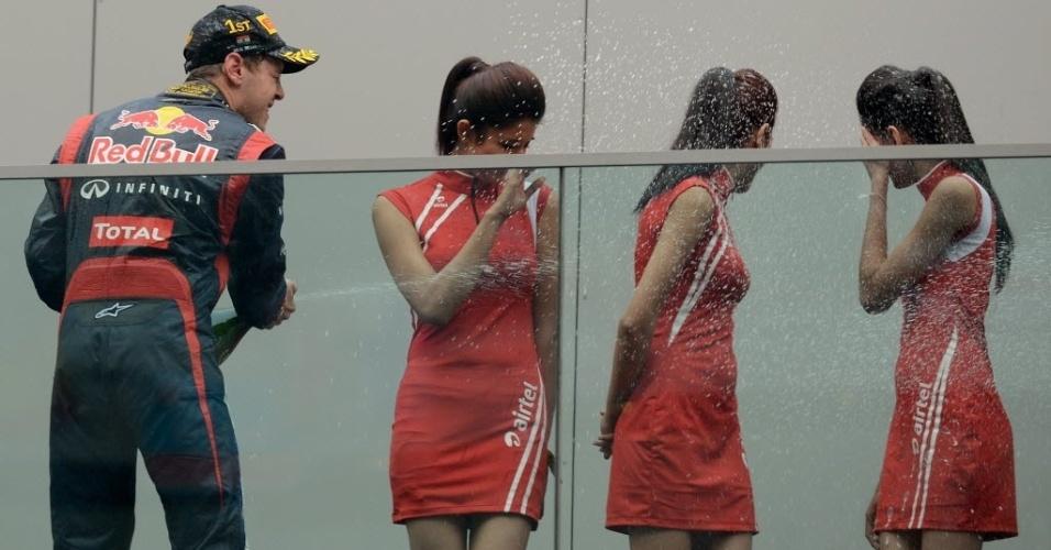 Vencedor Sebastian Vettel joga champanhe nas grid girls do GP da Índia