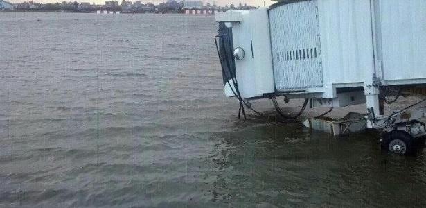 30.out.2012 - Aeroporto La Guardia, às margens da baía Flushing, no distrito nova-iorquino do Queens, e praticamente ao nível do mar, fica inundado após a passagem do furacão Sandy