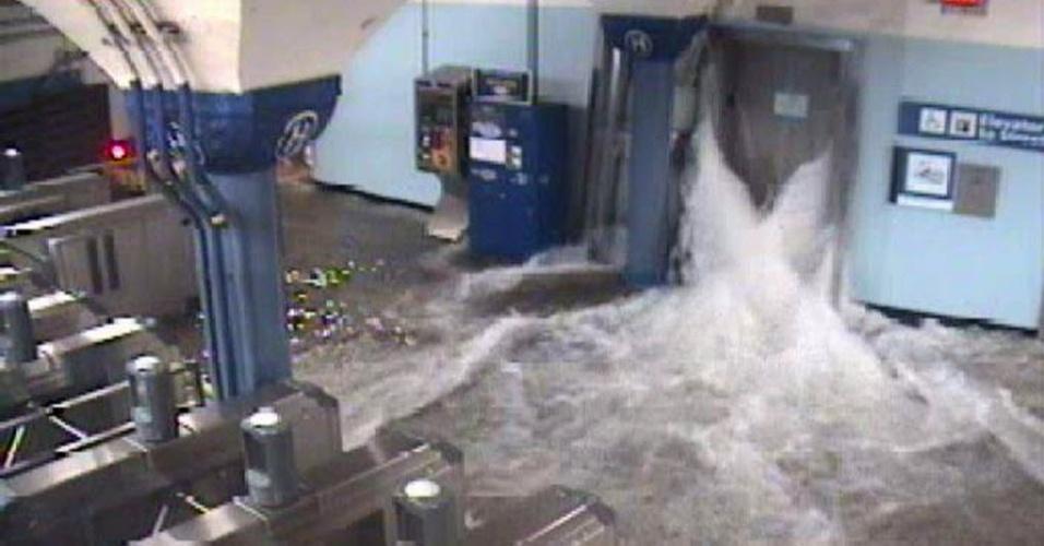 30.out.2012 - Água invade estação de metrô de Nova Jersey durante passagem da tempestade Sandy pelos Estados Unidos. O fenômeno já provocou pelo menos 13 mortes no país e pode afetar 60 milhões de pessoas