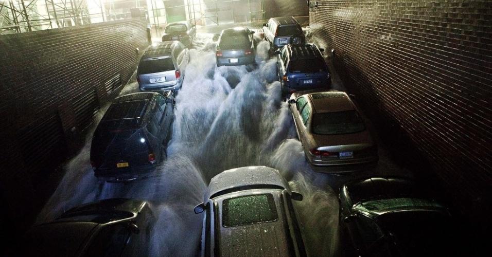 30.out.2012 - Água invade garagem subterrânea em Nova York (EUA) durante inundação causada por tempestade Sandy. Fenômeno já provocou pelo menos 13 mortes no país e pode afetar 60 milhões de pessoas