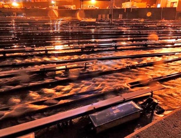 30.out.2012 - Água invade o pátio da rede de trens de Long Island. Todas as composições foram removidas dos trilhos antes da chegada do furacão Sandy