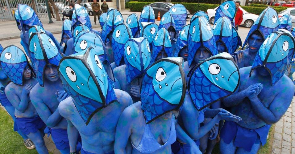 30.out.2012 - Ativistas do Greenpeace se fantasiam de peixes em protesto contra nova lei de pesca, em Valparaiso, no Chile