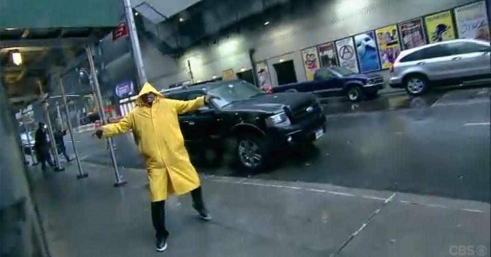 30.out.2012 - Ator Denzel Washington finge chegar aos estúdios da TV