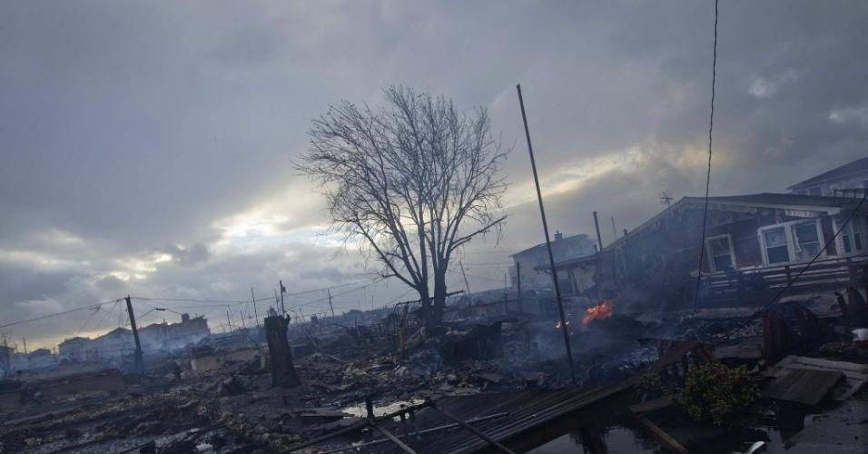 30.out.2012 - Cenário de devastação em Breezy Point, área do bairro do Queens, em Nova York. Um incêndio destruiu cerca de 100 imóveis na região na noite de segunda-feira (29), provocado pela passagem do furacão Sandy