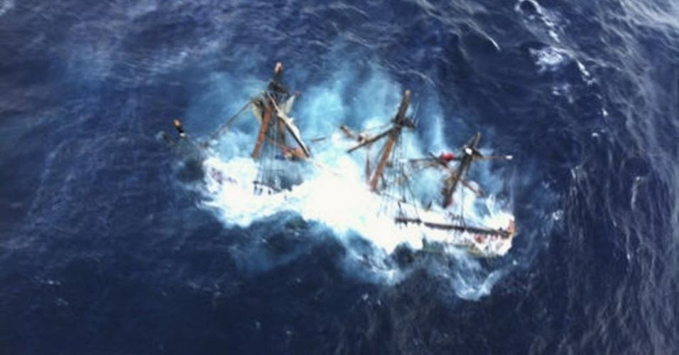 30.out.2012 - Destroços da réplica do veleiro britânico