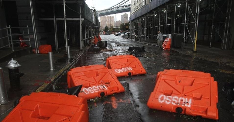 30.out.2012 - Diques de inundação portáteis espalhados pelas ruas na área de Dumbo, no Brooklyn, um dia após a passagem do furacão Sandy pelos EUA. A tempestade deixou ao menos 7,5 milhões de lares sem luz e causou mortes