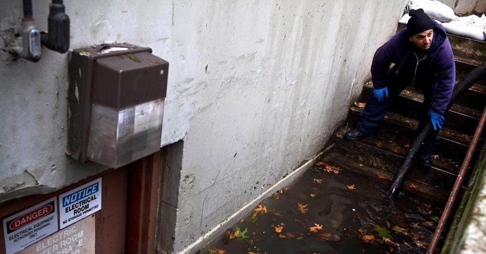 30.out.2012 - Equipe drena um porão inundado no bairro de Lower East Side, região central de Nova York. A passagem do furacão Sandy deixou um rastro de destruição que o presidente Barack Obama classificou como um enorme desastre