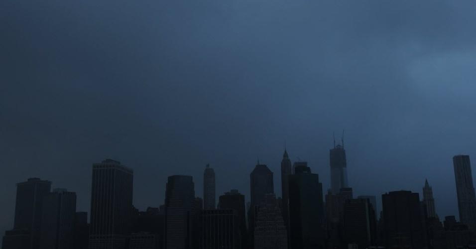 30.out.2012 - Manhattan às escuras, após grande parte da cidade sofrer um apagão devido à passagem do furacão Sandy, que deixou um rastro de devastação e mortes