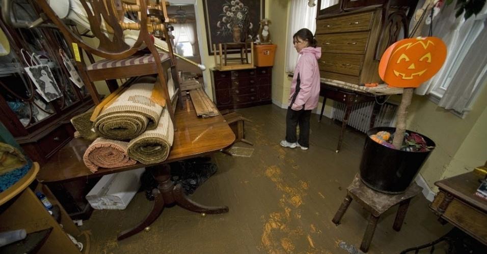 30.out.2012 - Moradora inspeciona sua casa após passagem do furacão Sandy, na praia de Point Pleasant, no Estado americano de Nova Jersey