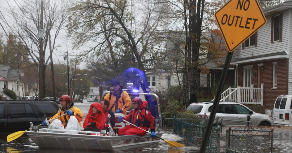 30.out.2012 - Moradores são resgatados de bote, após o rompimento de um dique na cidade de Little Ferry, no Estado americano de Nova Jersey