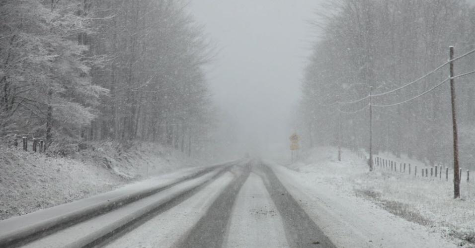 30.out.2012 - Neve encobre rodovia de West Virginia, uma alteração do clima provocada pela passagem do furacão Sandy. Além de mudanças em West Virginia, os condados de Virginia e Pensilvânia sofreram alterações climáticas