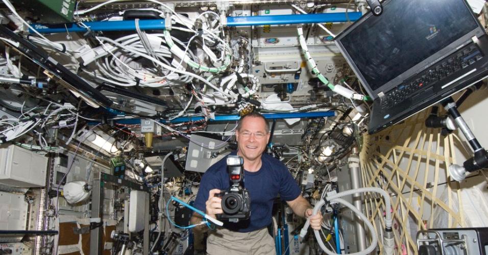 30.out.2012 - O astronauta da Nasa (Agência Espacial Norte-Americana) Kevin Ford tira uma foto na Estação Espacial Internacional de dentro do laboratório Destiny. O norte-americano chegou à plataforma orbital na semana passada, em 25 de outubro, após dois dias de viagem espacial a bordo da nave russa Soyuz - outros dois tripulantes integram a missão: os russos Oleg Novitskiy e Evgeny Tarelkin
