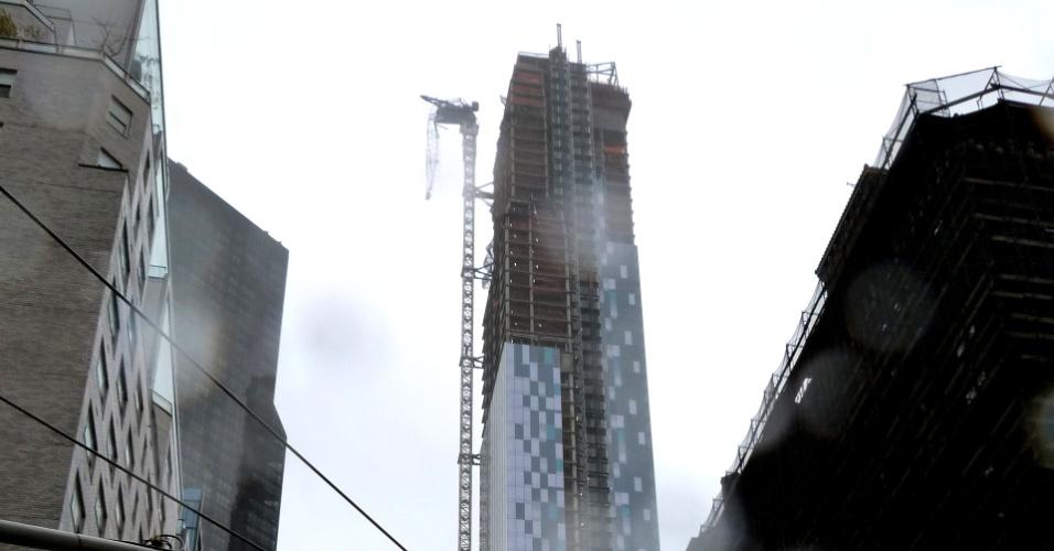 30.out.2012 - O internauta Athanase Christos Dontos, de Nova York, mandou essa foto de um guindaste que ameaçava cair após a passagem do furacão Sandy