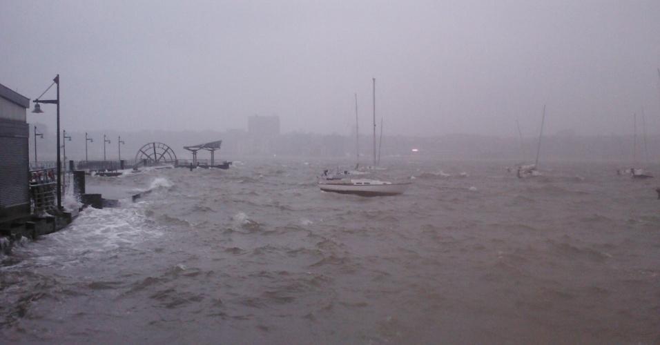 30.out.2012 - O internauta José Risomar Fontes, de São Paulo (SP), mora no bairro de Chelsea, em Manhattan, Nova York, e mandou essa foto das águas do Rio Hudson, que cruza a cidade, agitadas pela passagem do furacão Sandy