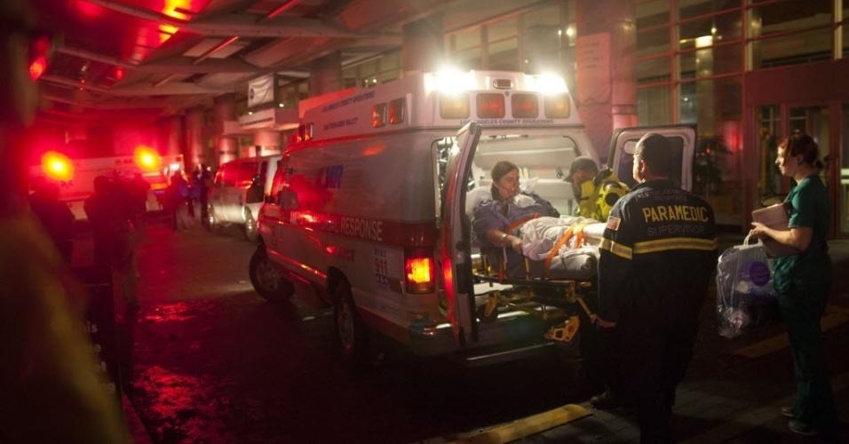 30.out.2012 - Paramédicos removem pacientes do Hospital Universitário de Nova York por falta de energia na unidade durante passagem da tempestade Sandy pelos Estados Unidos. Mais de 6,5 milhões de pessoas estão sem energia elétrica no país, segundo as autoridades locais