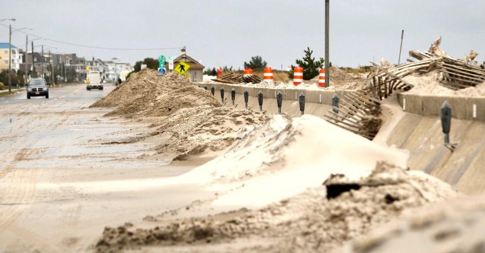 30.out.2012 - Pilhas de areia e escombros se acumulam ao longo de avenida costeira em Cape May, Nova Jersey, junto à murada de proteção
