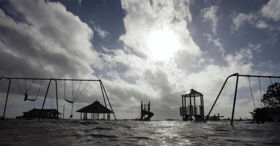 30.out.2012 - Playground submerso em Bellport, área de Nova York, um dia após a passagem do furacão Sandy pela cidade