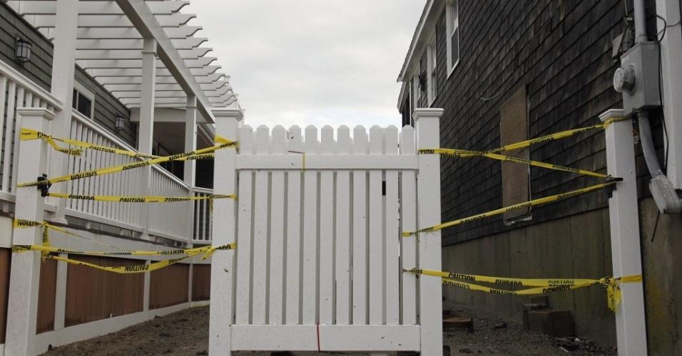 30.out.2012 - Portão de cerca é amarrado na base do improviso em Scituate, Massachusetts, um dia após a passagem do furacão Sandy pela região