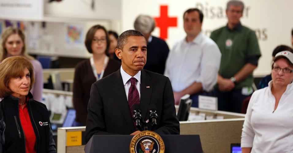 30.out.2012 - Presidente Barack Obama discursa enquanto monitora na sede da Cruz Vermelha norte-americana os danos causados pelo furacão Sandy. Obama e o candidato republicano Mitt Romney cancelaram agendas de campanha para acompanhar a tempestade