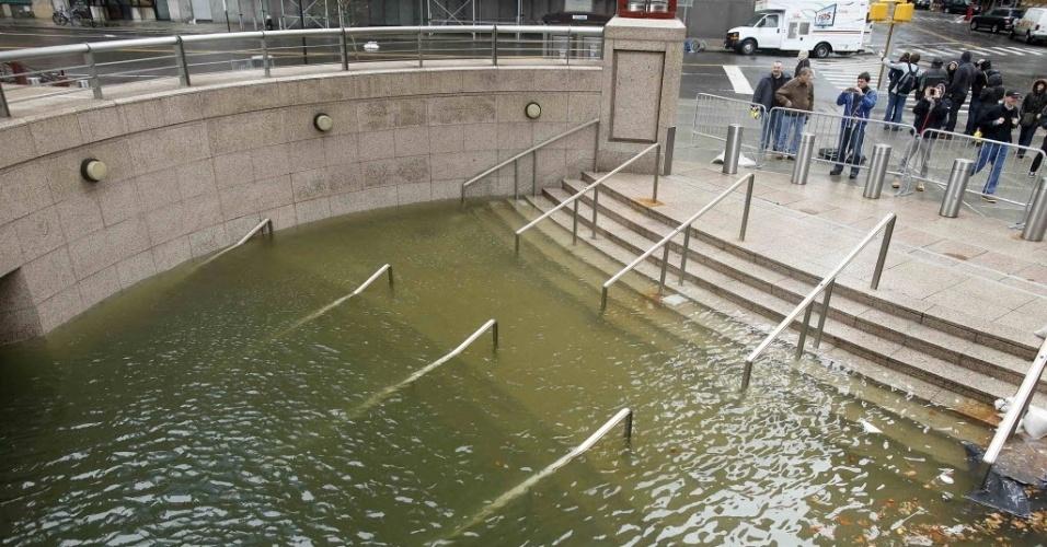30.out.2012 - Público tira fotos da One New York Plaza alagada após a passagem do furacão Sandy por Nova York