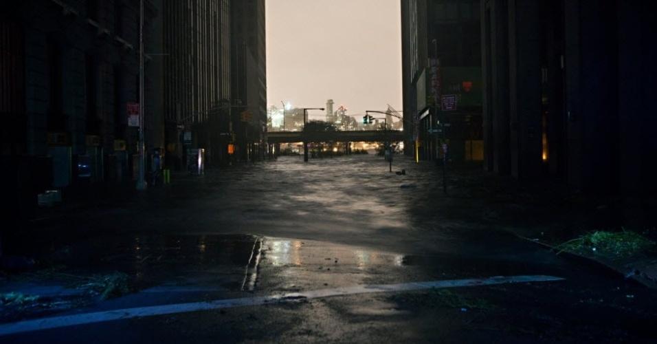 30.out.2012 - Rua alagada no distrito financeiro de Nova York durante passagem da tempestade Sandy pelos Estados Unidos. O fenômeno já provocou pelo menos 15 mortes no país e pode afetar 60 milhões de pessoas