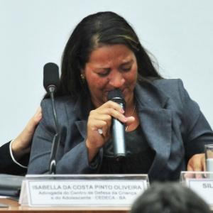 Silvânia Mota da Silva, mãe de cinco crianças que teriam sido irregularmente adotadas na Bahia no ano passado, chora na CPI