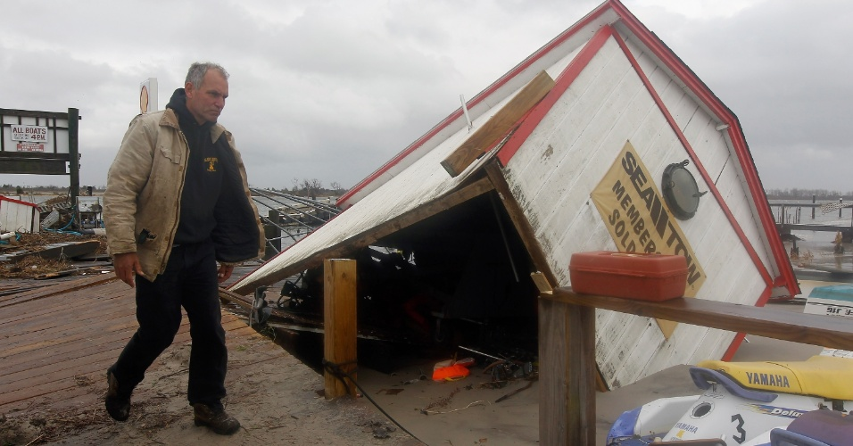 30.out.2012 - Ted Wondsel, dono da Ted's Fishing Station, checa os danos na sua loja em Long Beach, Nova York. A tempestade Sandy inundou e arrasou grande parte do leste dos EUA, incluindo a região mais populosa do país