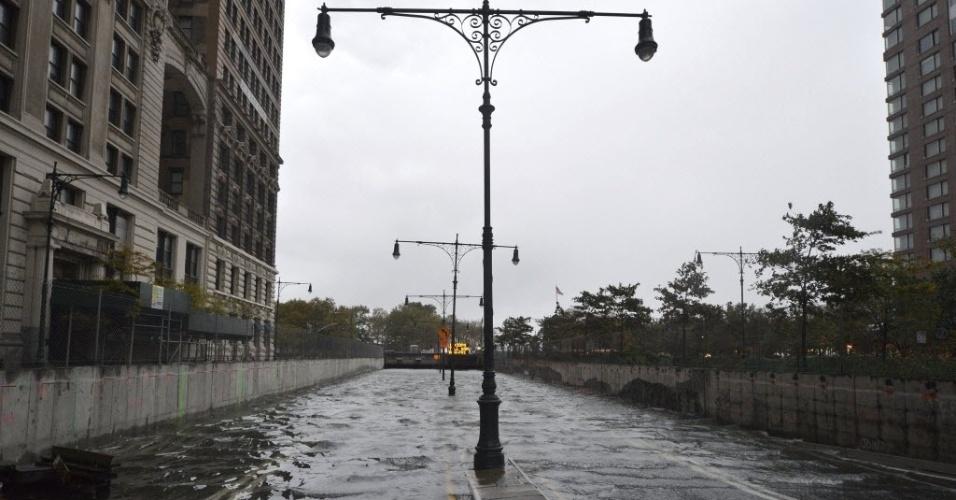 30.out.2012 - Vista do túnel do Battery Park completamente inundado no Brooklyn, em Nova York. A passagem do furacão Sandy pelos EUA deixou ao menos 7,5 milhões de lares sem luz e causou mortes