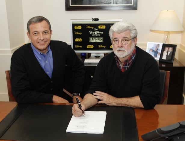 George Lucas assina contrato em que passa a empresa Lucasfilms para a Disney, ao lado de Robert Iger, CEO da Disney, em Burbank, na Califórnia (30/10/12)