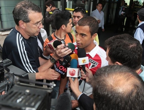Lucas é assediado pelos jornalistas na chegada do São Paulo ao Chile (30/10/2012)
