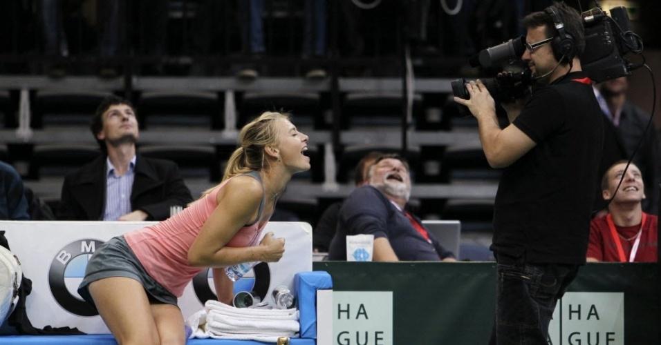 Maria Sharapova faz graça com cinegrafista durante jogo-exibição na República Tcheca (29/10/2012)