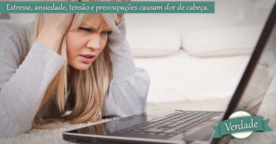 mulher irritada com o computador