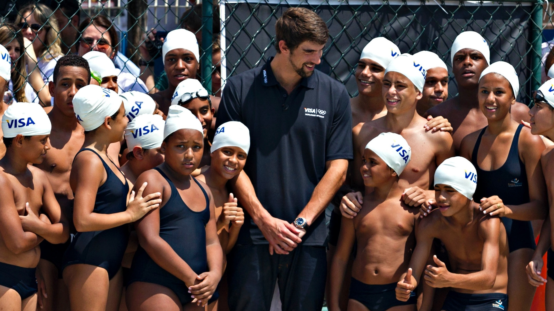 Phelps deu aula de natao para 20 crianas que participam da escolinha de natao da Vila Olmpica