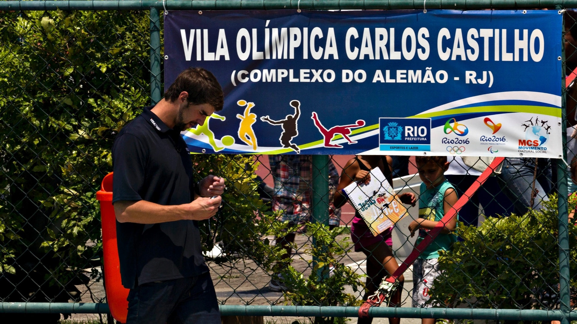 Phelps visitou a Vila Olmpica do Complexo do Alemo, no Rio de Janeiro