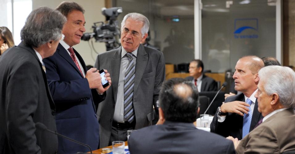 31.out.2012 - Da esquerda para a direita, o deputado federal Vanderlei Macris (PSDB-SP), o senador Alvaro Dias (PSDB-PR); os deputados federais Vaz de Lima (PSDB-SP), Onix Lorenzoni (DEM-RS) e Rubens Bueno (PPS-PR), e o senador Pedro Taques (PDT-MT), participam de reunião para análise de requerimentos da CPI do Cachoeira