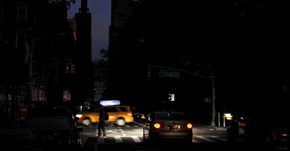 31.out.2012 - Edifícios e cruzamento na região central de Nova York. Uma área de aproximadamente 12 km², ao sul da rua 34, que cruza a ilha de Manhattan no sentido leste-oeste, segue no escuro após a passagem do furacão Sandy