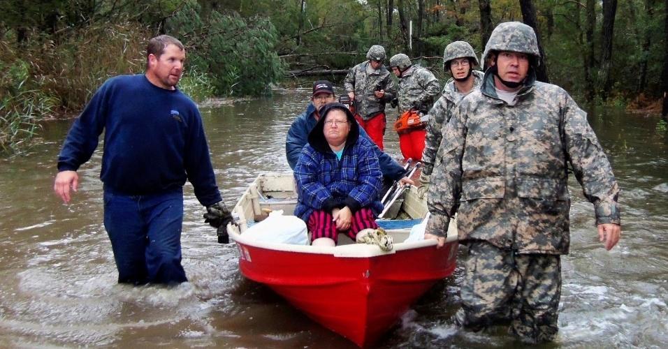 31.out.2012 - Foto desta terça-feira (30), divulgada hoje, mostra soldados da Guarda Nacional norte-americana removendo pessoas que estão isoladas em Mears, no Estado de Virginia