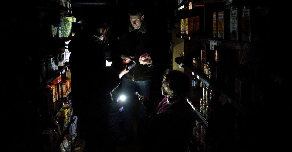 31.out.2012 - Funcionário anota produtos em um refrigerador do mercado Garden of Eden, na cidade de Hoboken, Nova Jersey