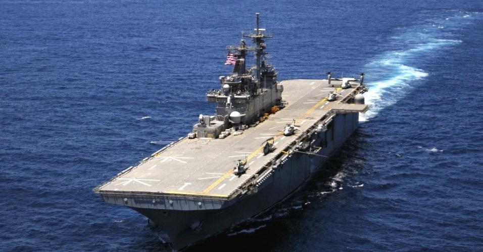 31.out.2012 - Imagem de junho deste ano mostra o navio USS Wasp, um dos três que estão a caminho das áreas atingidas pelo furacão Sandy. A Marinha dos EUA anunciou nesta quarta-feira (31) que enviará três navios de grande porte para auxiliar as vítimas do furacão