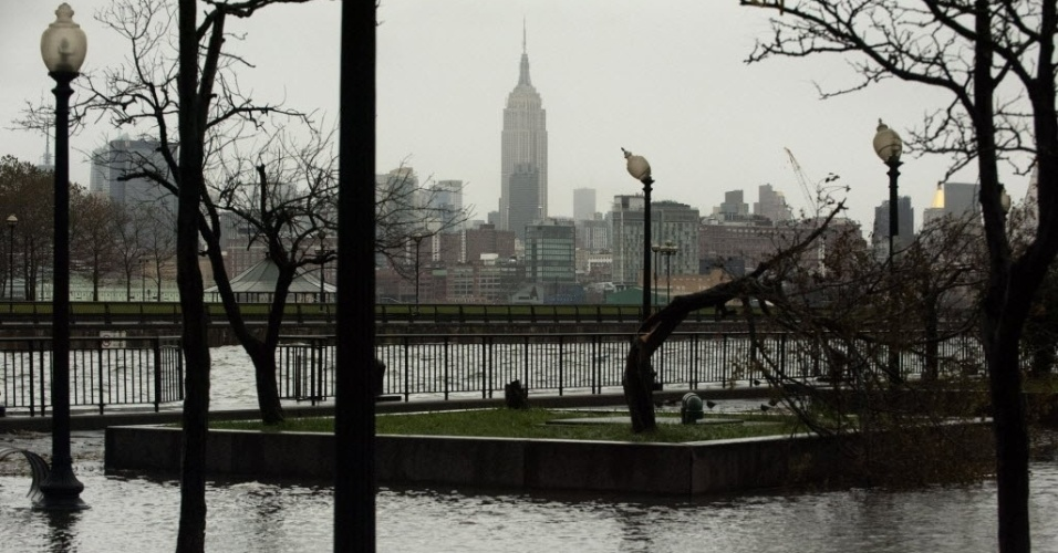 31.out.2012 - Imagem de terça-feira (30) divulgada hoje mostra o Edifício Empire State (fundo) visto a partir do parque Erie-Lackawanna, alagado após a passagem do furacão Sandy, na cidade de Hoboken, no Estado americano de Nova Jersey
