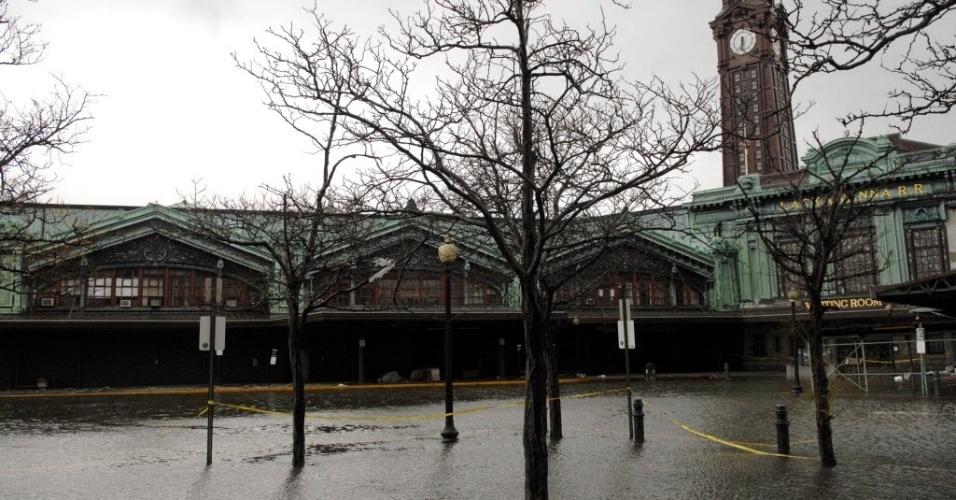 31.out.2012 - Imagem de terça-feira (30) divulgada hoje mostra o parque Erie-Lackawanna, alagado após a passagem do furacão Sandy, na cidade de Hoboken, no Estado americano de Nova Jersey