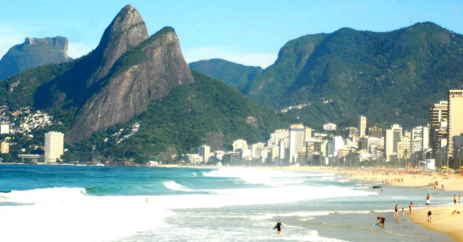 31.out.2012 - Manhã de calor na praia de Copacabana, no Rio de Janeiro