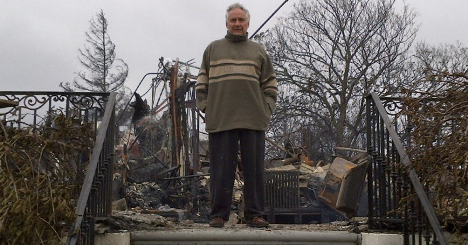 31.out.2012 - Morador exibe o que restou de sua casa de três andares em Belle Harbor, bairro de Nova York atingido pela passagem do furacão Sandy